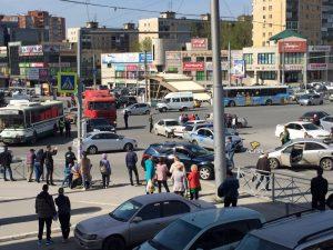 """Новосибирск: автобус мощно протаранил иномарку у метро """"Золотая нива"""""""