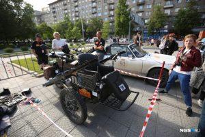 Участники ретро-ралли «Пекин — Париж» припарковались на площади Ленина