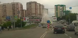 В Новосибирске коммунальный фонтан повредил три машины