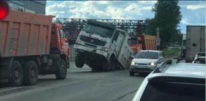 Новосибирск: самосвал провалился в асфальт в Калининском районе