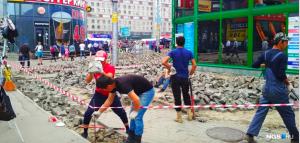 На площади Маркса рабочие оставили груду камней