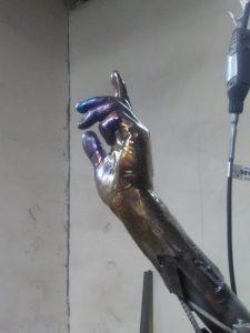 Скульптор слепил из пластилина солдат на БМП с Красного проспекта