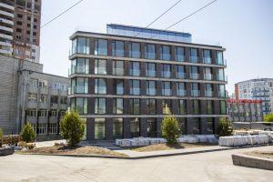 Здание в форме утюга со стеклянной крышей построили в Новосибирске