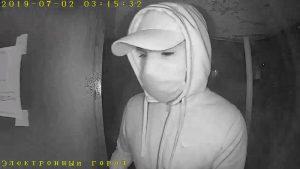 Ночью в Новосибирске трое в белых масках украли у мужчины 1 миллион рублей