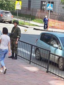 В центре Новосибирска появились военные с автоматами