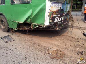 ДТП в Новосибирске - Лексус протаранил тролейбус в Дзержинском районе