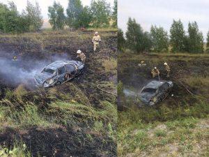 Перевернувшийся автомобиль устроил пожар возле трассы в Новосибирске
