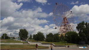 Новосибирск: три кабинки повесили на колесо обозрения