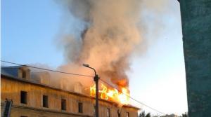 В Новосибирске на Расточке горел расселённый барак