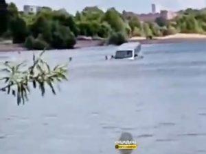 На пляже в Новосибирске утонул автомобиль