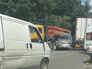 ДТП в в Новосибирске - два грузовика зажали минивэн