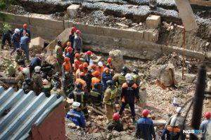 Обрушение дома в Новосибирске - завалило 12 человек, погибли двое