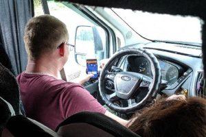 Водитель новосибирской маршрутки играл в карты за рулем