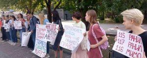 Девушки из Новосибирска вышли на пикет против домашнего насилия