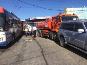 8 автомобилей столкнулись в Новосибирске и парализовали движение