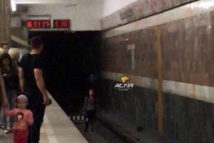 Новосибирец поссорился с девушкой и остановил поезд метро