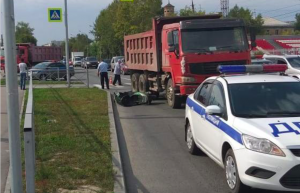 Грузовик насмерть сбил водителя мопеда на Первомайке