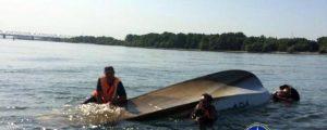 В Оби перевернулась лодка с тремя рыбаками
