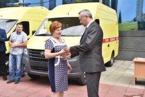 Андрей Травников вручил медикам ключи от 8 машин скорой помощи