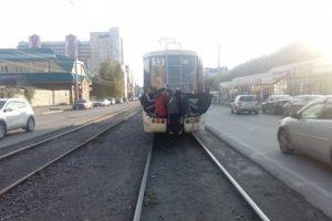 В Новосибирске пятеро подростков-зацеперов катались на трамвае № 13
