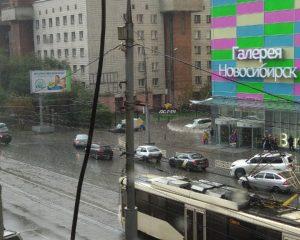 Ливень с градом обрушились на Новосибирск - улицы затопило