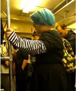 Пассажиров новосибирского метро удивила женщина с голубыми волосами