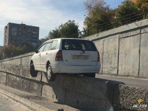 В Новосибирске машина повисла над землей