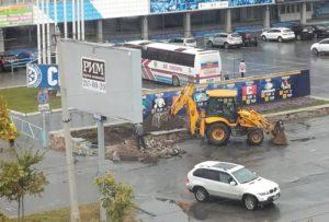 В Новосибирске экскаватор уничтожил клумбы у ЛДС «Сибирь»