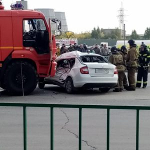 В Новосибирске пожарный КАМАЗ смял автомобиль с женщиной и ребенком