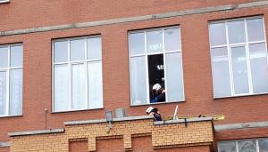 В Новосибирске промышленный альпинист упал на козырёк подъезда