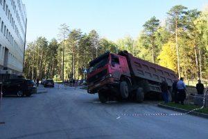 Возле НГУ грузовик провалился под асфальт