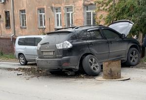 Lexus в Новосибирске потерял колесо после попадания в люк