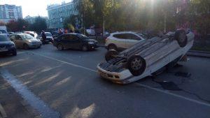 Массовое ДТП на Красном проспекте: автомобиль перевернулся на крышу