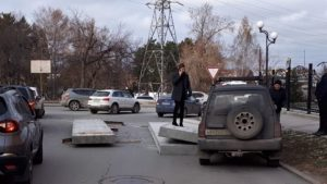 В Новосибирске бетонные плиты выпали из грузовика