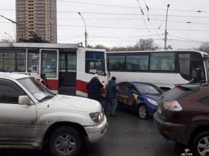 В Новосибирске произошло ДТП такси и трамвая