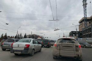 В Новосибирске не работает светофор на Большевистской - собралась пробка