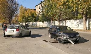 Две Тойоты столкнулись у фехтовального центра в Новосибирске