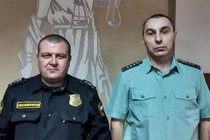 В Новосибирске два пристава вытащили женщину из горящего дома