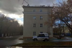 Пенсионер забрался на крышу дома рядом с площадью Станиславского: на место приехали силовики