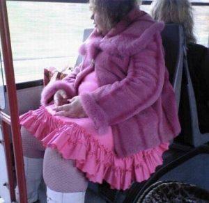 «Барби уже не та»: женщина в розовом проехалась в Новосибирском метро