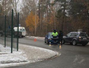 Водитель в Новосибирске сбил у бассейна девочку