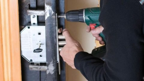 Как выполнить ремонт замков без повреждения двери?