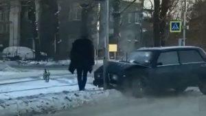 """ДТП в Новосибирске: """"Жигули"""" врезались в опору освещения"""