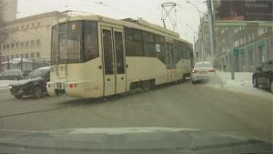Легендарный трамвай №13 придавил автомобиль в центре Новосибирска