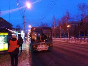 «Лэнд Крузер Прадо» запутался в троллейбусных проводах на Красном проспекте
