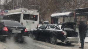 В центре Новосибирска автомобиль въехал в троллейбус