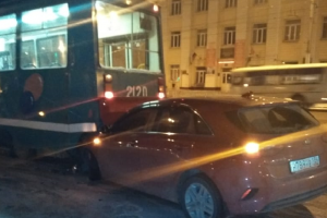 ДТП в Новосибирске: KIA на скользкой дороге залетел под трамвай