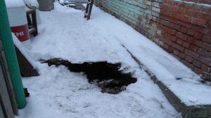Из-за прорыва теплотрассы житель Новосибирска провалился в яму