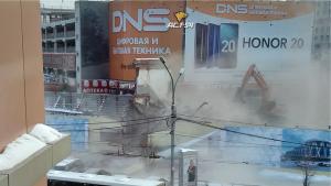 В Новосибирске на тротуар рухнула часть торгового центра