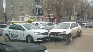 Два такси столкнулись на перекрёстке в Новосибирске